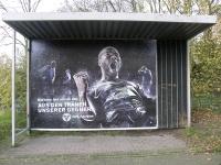 Werbeplakat an der Bushaltestelle Sieben-Teufels-Turm (c) eigenes Bild