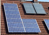 Solarmodule & Sonnenkollektoren, Bild von KMJ, Wikipedia. Lizenz: cc-b-sa 3.0