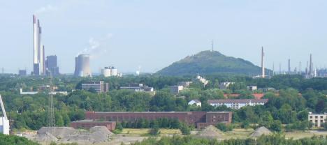Halde Scholven, links das Kraftwerk, rechts die Raffinerie, Bild von Wolfgang H., Wikipedia, Lizenz: cc-by-sa 3.0