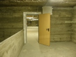 die warmen Holztüren wirken irgendwie deplatziert im Bunker