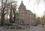 Schloss, Bild von Hans Peter Schaefer, Wikipedia, Lizenz: cc-by-sa 3.0