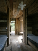 Durchblick von einer Hütte in die gegenüberliegende