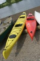 Touren- (gelb) und Wildwasserkajak nebeneinander, Bild von Tumi-1983, Wikipedia, Lizenz: cc-ba-sa 3.0
