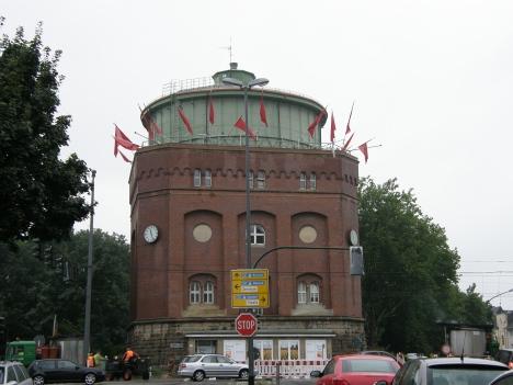 Wasserturm mit roten Fahnen, eigenes Bild (c)
