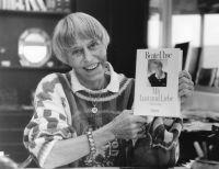 Beate Uhse mit ihrer Autobiographie, 1989. (c) Foto: Beate-Uhse-Archiv, Forschungsstelle für Zeitgeschichte, Hamburg