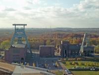 Zeche Ewald v.l.n.r. Doppelbockfördergerüst (7), Malakowturm (1) und Strebengerüst (2), Bild von Rainer Halama, Wikipedia, Lizenz: cc-by-sa 2.5