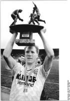 Matthias Sammer beim Pokalfinale 1990 DDR: 1. FC Dynamo Dresden - PSV Schwerin 2:1, Bild von Bernd Settnik, Deutsches Bundesarchiv, Lizenz: cc-by-sa 3.0