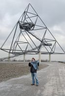Blue Free Travel-Shirt vor dem Tetraeder in Bottrop, Bild von Wiegels unter cc-BY 3.0 unported