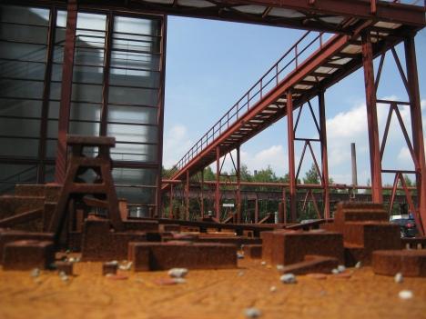 vorne Modell der Zeche Zollverein, hinten eine der Mannschaftsbrücken